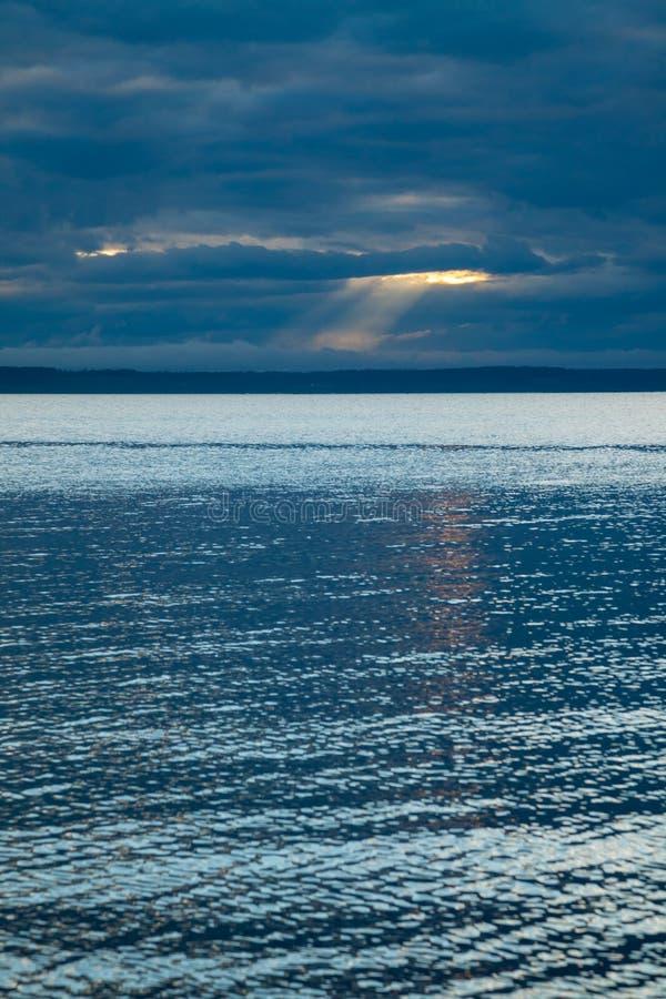En seascapebakgrund med en intressant himmel arkivfoton