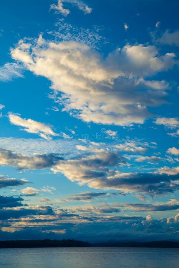 En seascapebakgrund med en intressant himmel arkivfoto