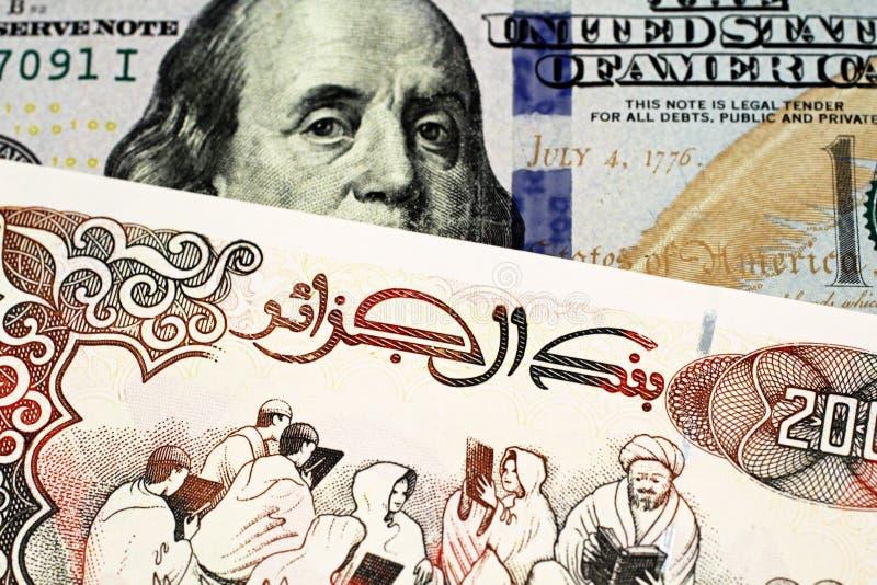 En sedel för algerisk dinar tvåhundra med en amerikansk hundra dollarräkning arkivbilder