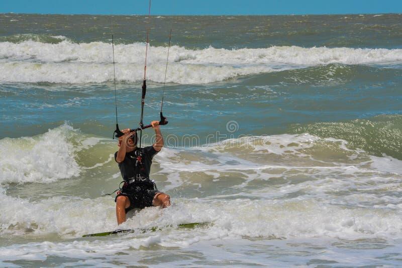 En seglaboarder som navigerar bränningen på golfen av Mexico i indier, vaggar stranden, Florida royaltyfria foton