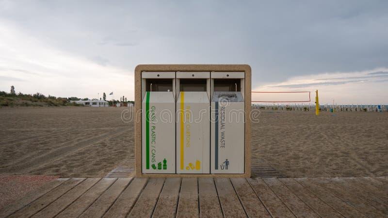 En separat soptunna på stranden arkivbilder