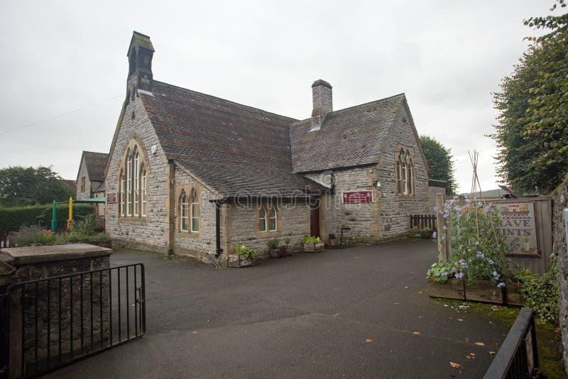 En septiembre de 2017, calle principal de Youlgrave, Derbyshire, Inglaterra, escuela primaria imágenes de archivo libres de regalías