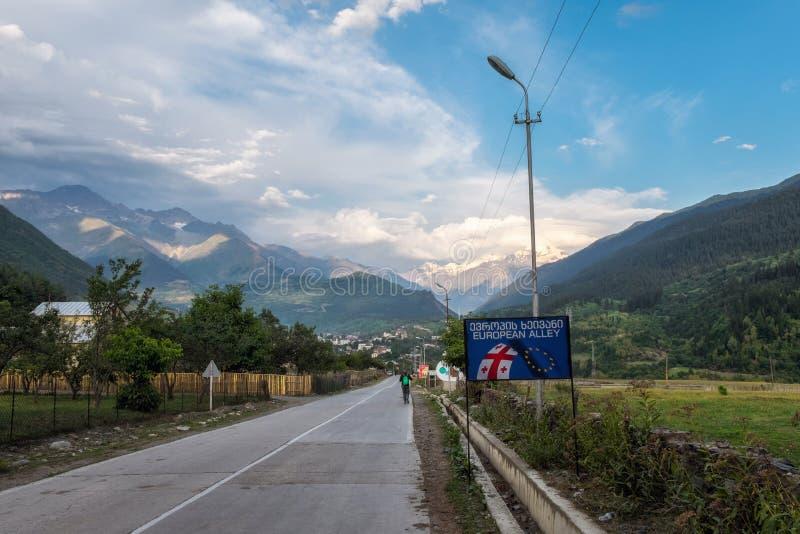En septiembre de 2014, Mestia, Georgia - camino a Mestia con la muestra europea del callejón fotos de archivo