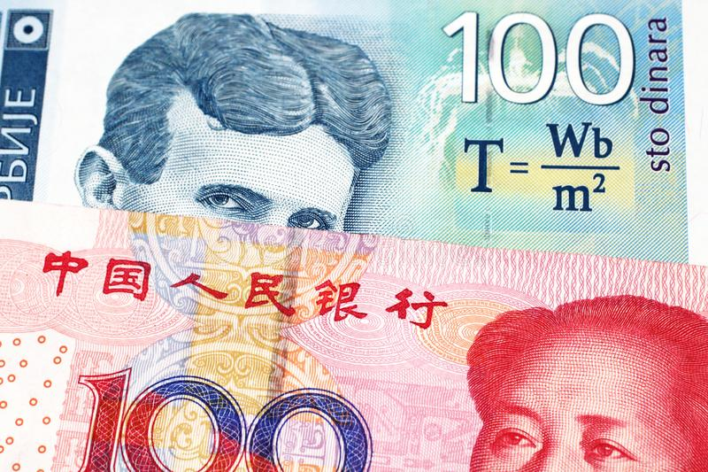 En serbisk dinaranmärkning med en kinesisk yuanräkning arkivfoto