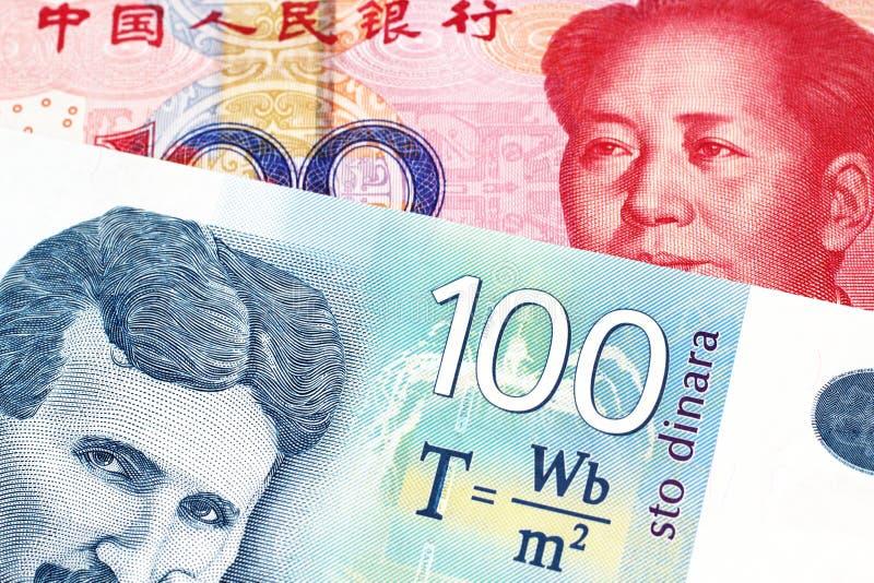 En serbisk dinaranmärkning med en kinesisk yuanräkning arkivbilder