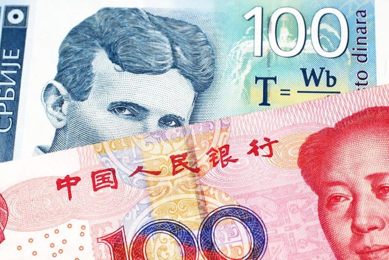En serbisk dinaranmärkning med en kinesisk yuanräkning arkivfoton