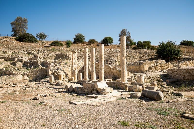 En serie av kolonner i arkeologisk plats Amathus för forntida stad i Limassol fotografering för bildbyråer