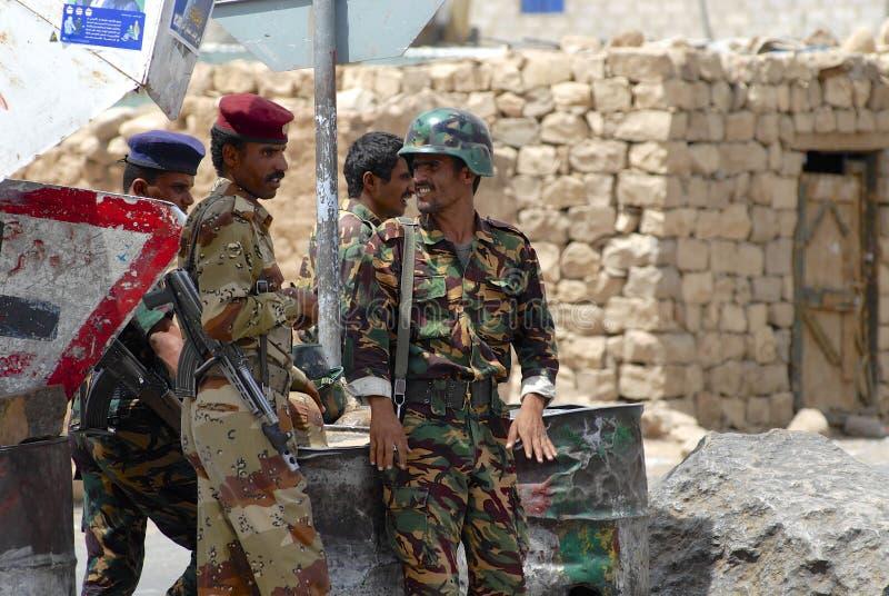 En service militaire yéménite au point de contrôle de sécurité, vallée de Hadramaut, Yémen photographie stock libre de droits