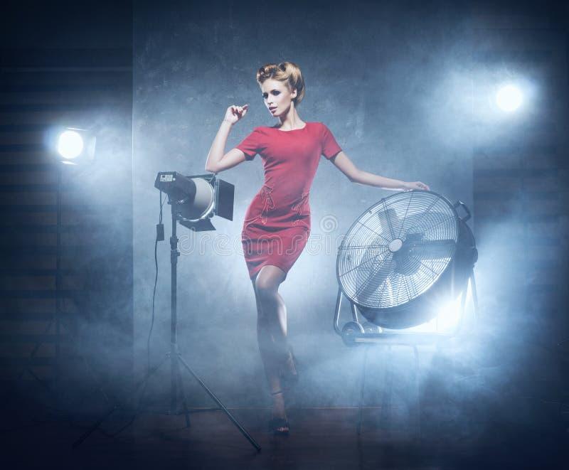 En sexig rödhårig mankvinna som poserar på en modephotoshoot arkivfoton