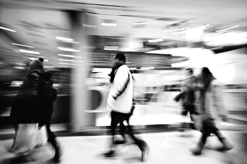 En shoppare som g?r mot, shoppar f?nstret fotografering för bildbyråer