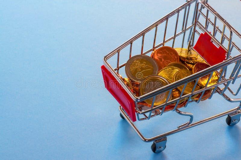 En shoppingvagn med euromynt royaltyfri foto