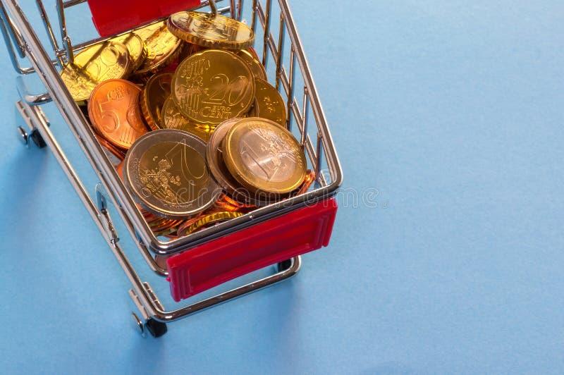 En shoppingvagn med euromynt arkivfoton