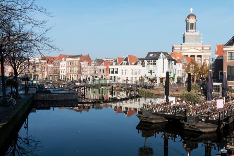 En sikt över den gamla staden Leiden i Nederländerna arkivbild