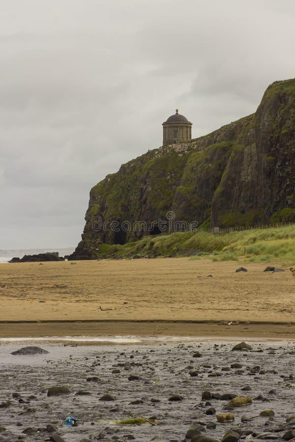 En sikt över den sluttande stranden i ståndsmässiga Londonderry i nordligt - Irland med en drevöverskrift in mot klippatunnelen royaltyfria bilder