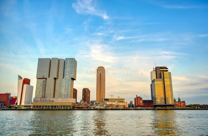 En sikt över Nieuwen Maas i Rotterdam, Nederländerna royaltyfri fotografi