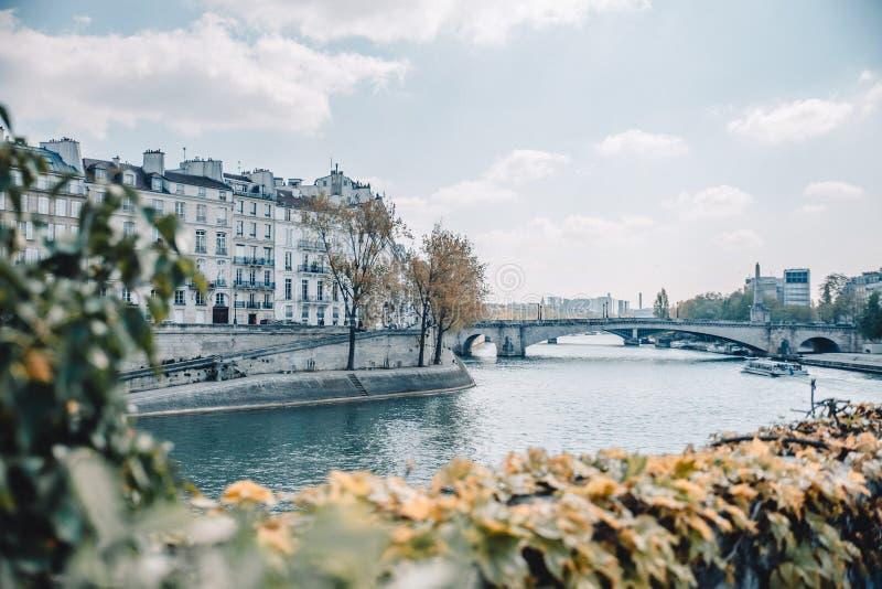 En sikt över Seinet River i Paris, Frankrike arkivfoto