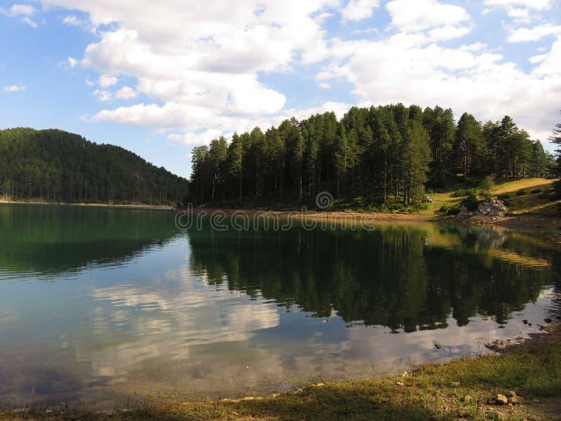 en sikt av Aoos sjön, Epirus Grekland arkivbild