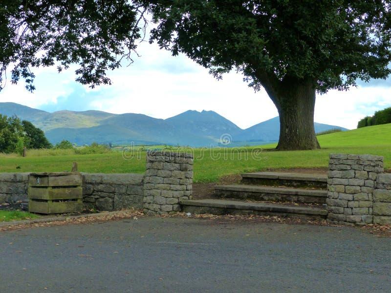 En sikt av bergen av Mourne i länet ner i nordligt - Irland från Castlewellan Forest Park arkivbilder