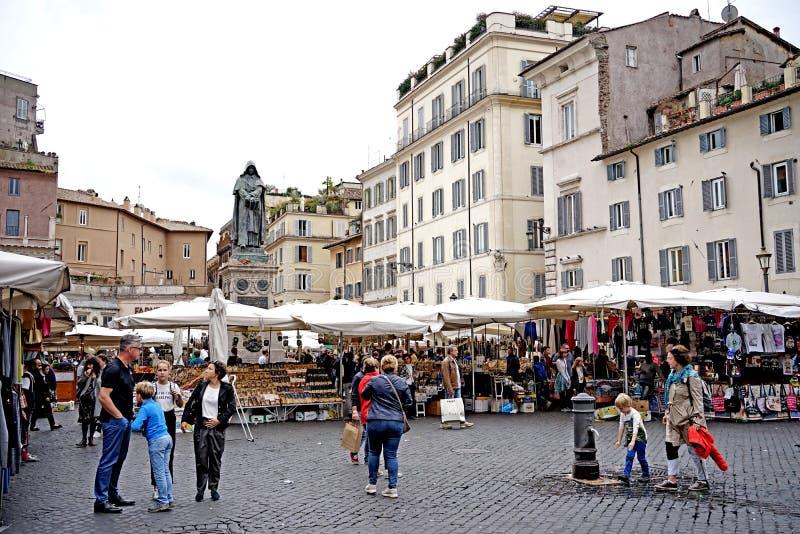 En sikt av Campo de ` Fiori i rome arkivfoton