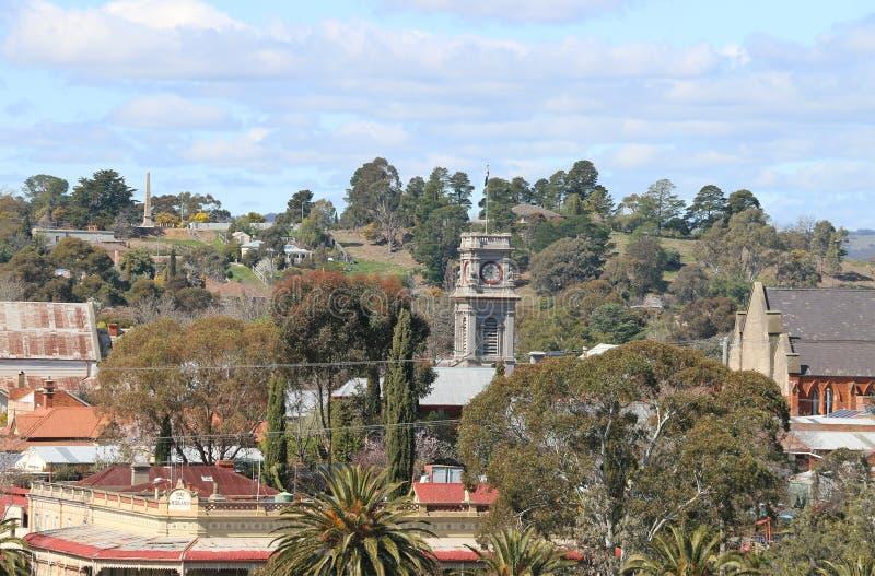En sikt av Castlemaine från den gamla arresten med stolpen - kontorsklockatornet och undviker och den synliga minnes- monumentet  royaltyfria bilder