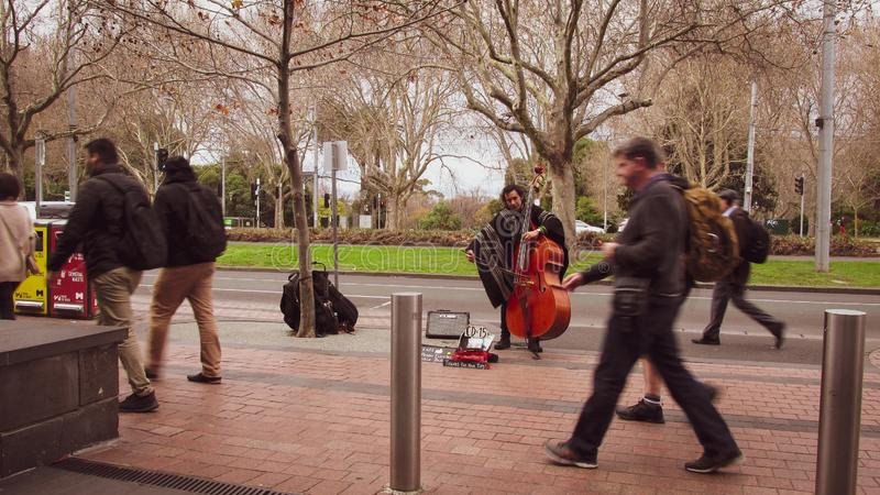 En sikt av en cellist spelar klassisk musik på vandringsledet arkivbilder