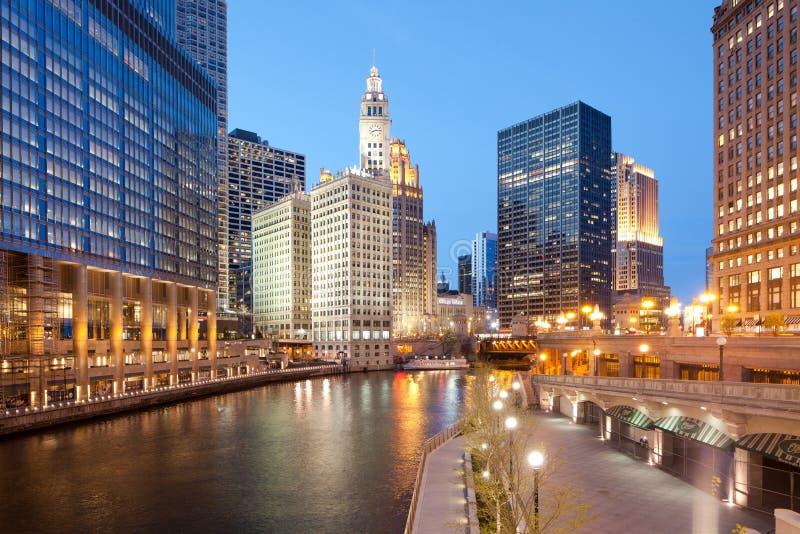 En sikt av Chicago River, riverwalk och kontorsbyggnader på centret royaltyfri foto