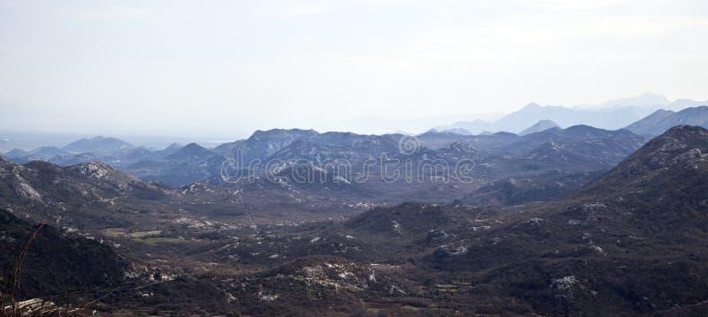 En sikt av dalen och bergen i dalen royaltyfri bild