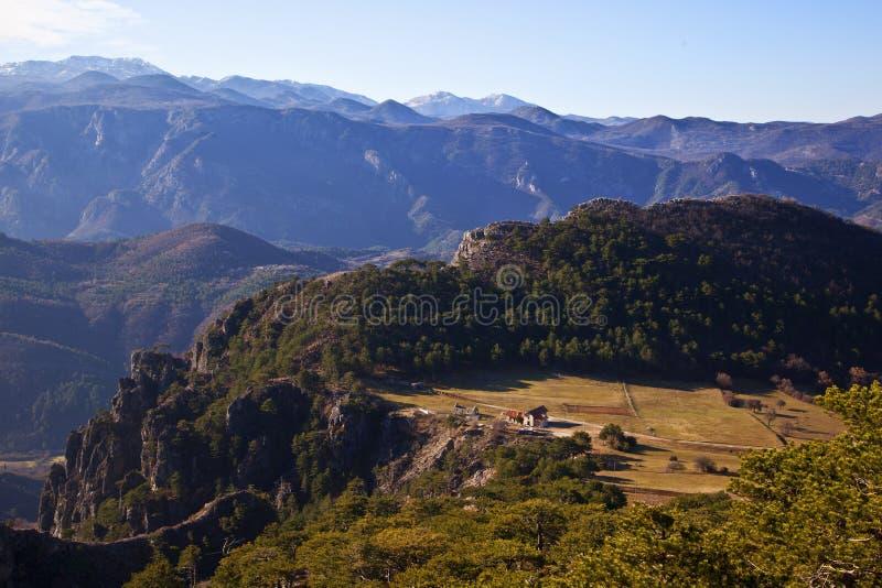 En sikt av dalen och bergen i dalen royaltyfri foto