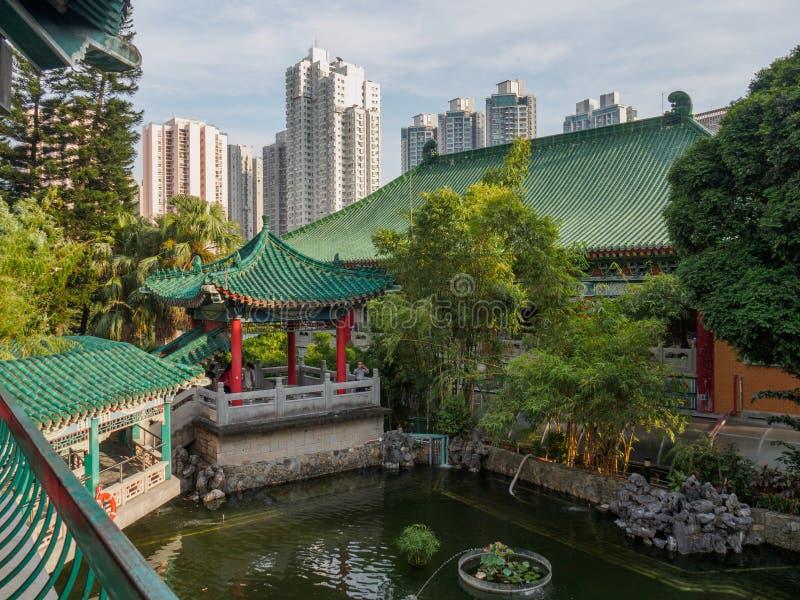 En sikt av de härliga kinesiska trädgårdarna, i den Wong Tai Sin templet i Hong Kong royaltyfri fotografi