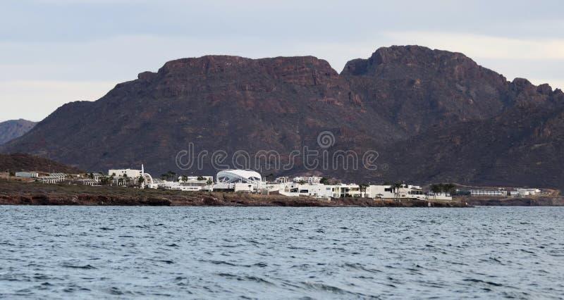 En sikt av den Delphinario sonoraen från havet, nära San Carlos, Guay royaltyfria bilder