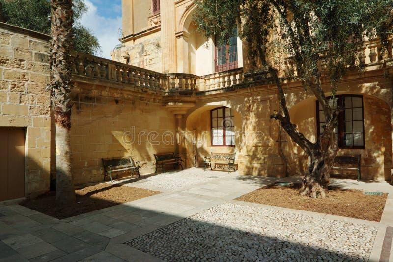 En sikt av den gamla Mdina gatan royaltyfria foton