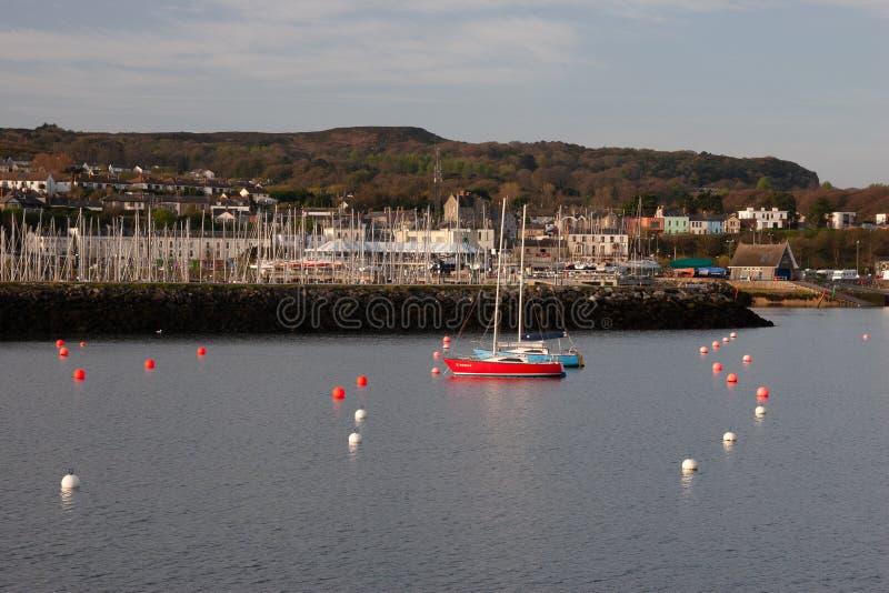 En sikt av den Howth hamnen med det lilla havshantverket arkivfoton