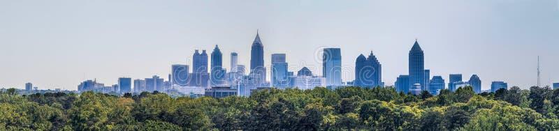 En sikt av den i stadens centrum Atlanta horisonten fr?n Buckhead arkivbilder