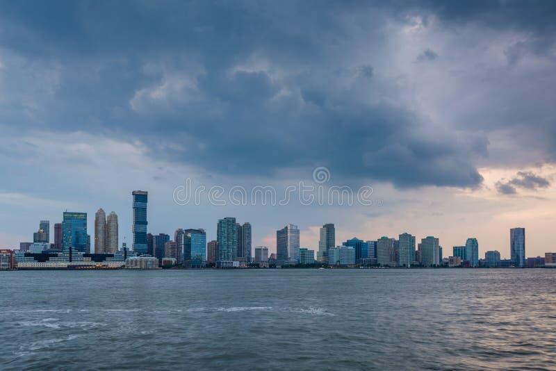 En sikt av den Jersey City horisonten från batteriet Park City, i Lower Manhattan, New York City arkivfoton