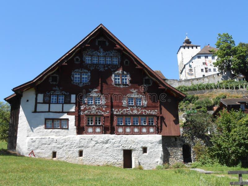 En sikt av den lilla schweiziska byn av Werdenberg royaltyfria bilder
