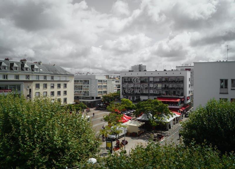 En sikt av den Lorient staden med kaféer och hus royaltyfri bild