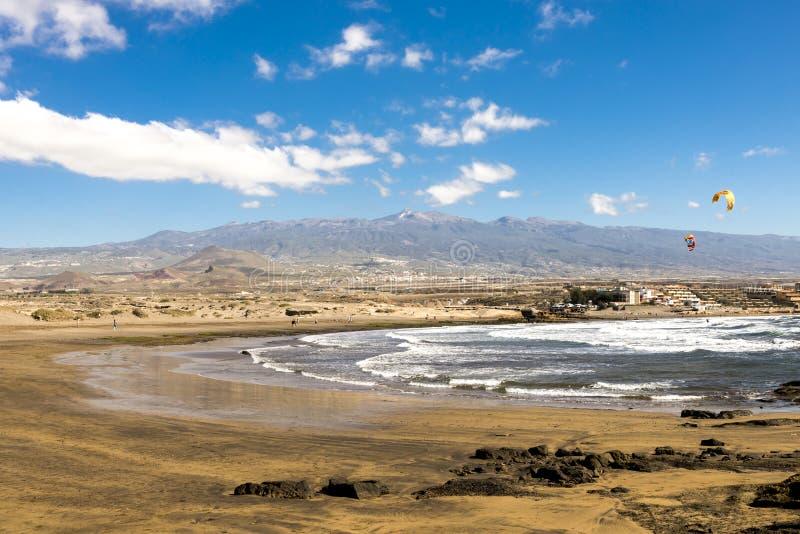 En sikt av den Playa Leocadio Machado stranden och bergskedja i bakgrund El Medano, Tenerife, Spanien arkivbilder
