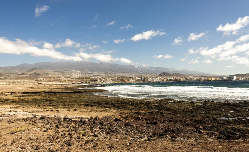 En sikt av den Playa Leocadio Machado stranden och staden för El Medano från reserven för monteringsRoja natur, Tenerife, Spanien royaltyfri foto