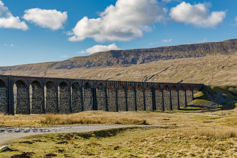 En sikt av den Ribblehead viadukten, North Yorkshire royaltyfri foto