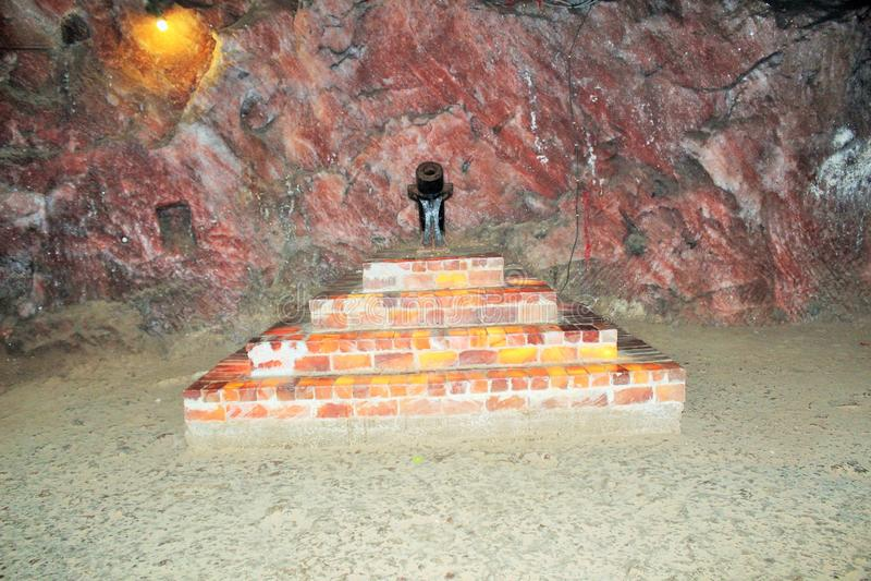 En sikt av den salta minen och salt vatten inom den salta minen royaltyfria bilder