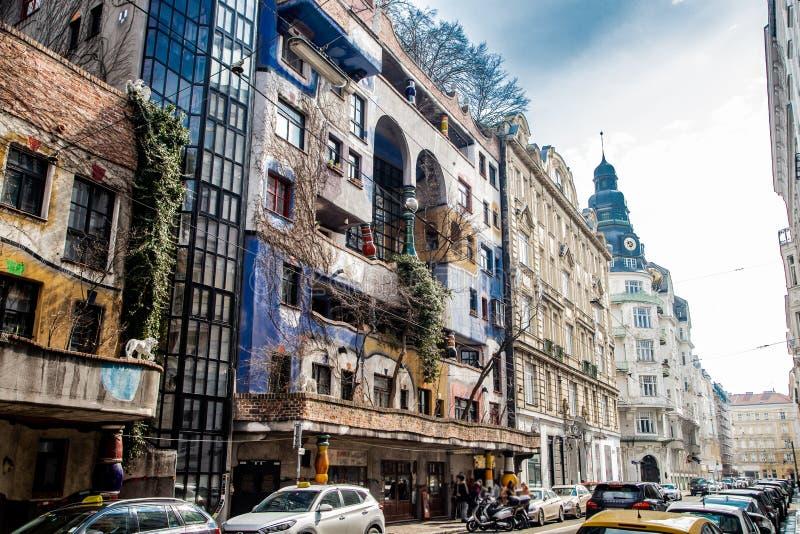 En sikt av det Hundertwasser huset royaltyfri foto
