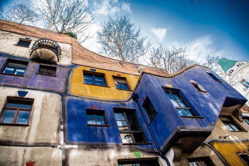 En sikt av det Hundertwasser huset arkivbild