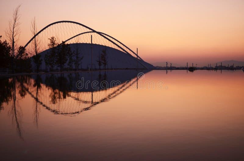 En sikt av det moderna Olympicet Stadium som reflekterar i vatten i Aten, Grekland royaltyfri fotografi