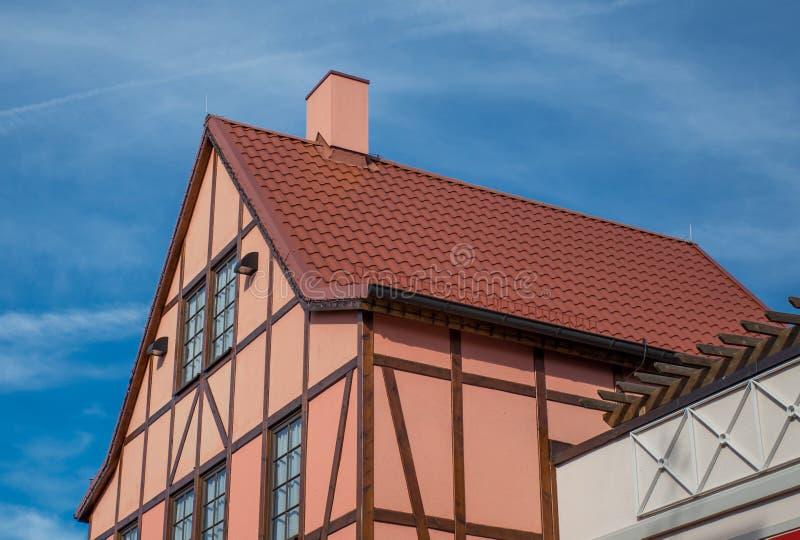 En sikt av det typiska tappninghuset med tegelplattataket royaltyfri foto
