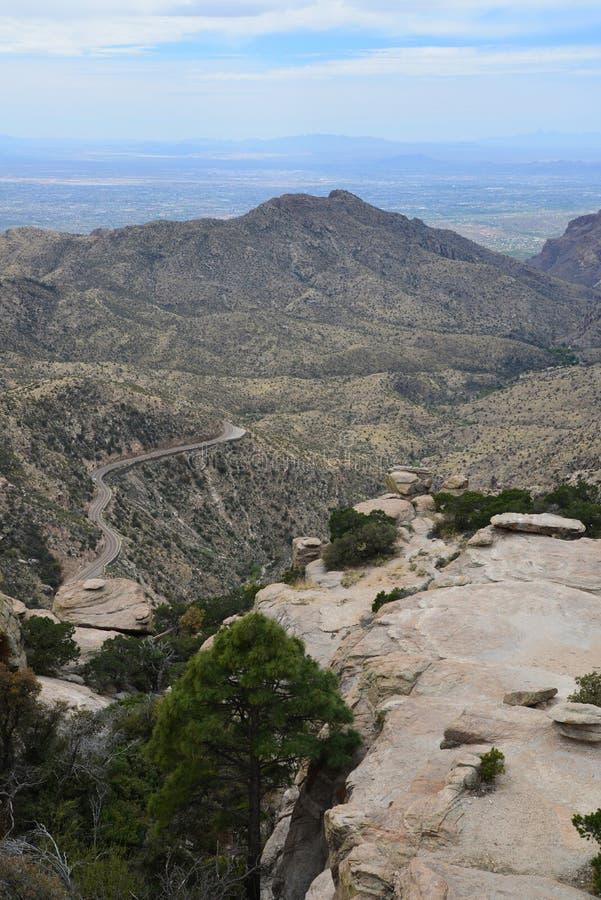 En sikt av det vidsträckta sceniska landskapet av Arizona berg arkivbilder