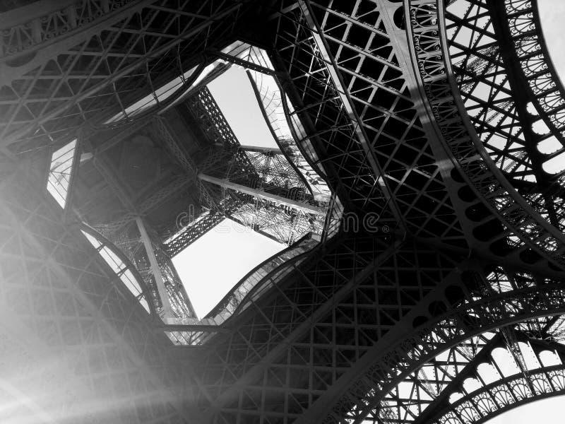En sikt av Eiffeltorn från ner under royaltyfria foton