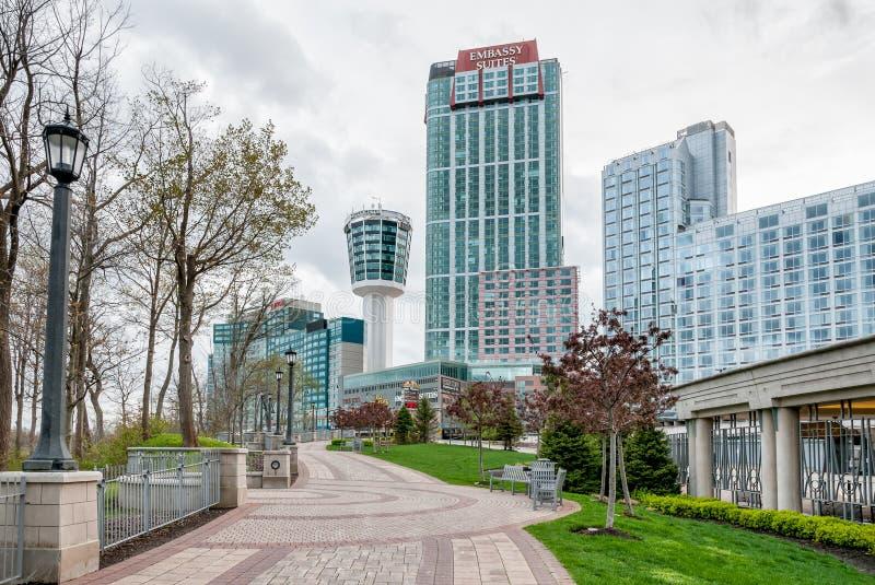 En sikt av Embassyet Suites och tornhotellet i Niagara Falls royaltyfria foton