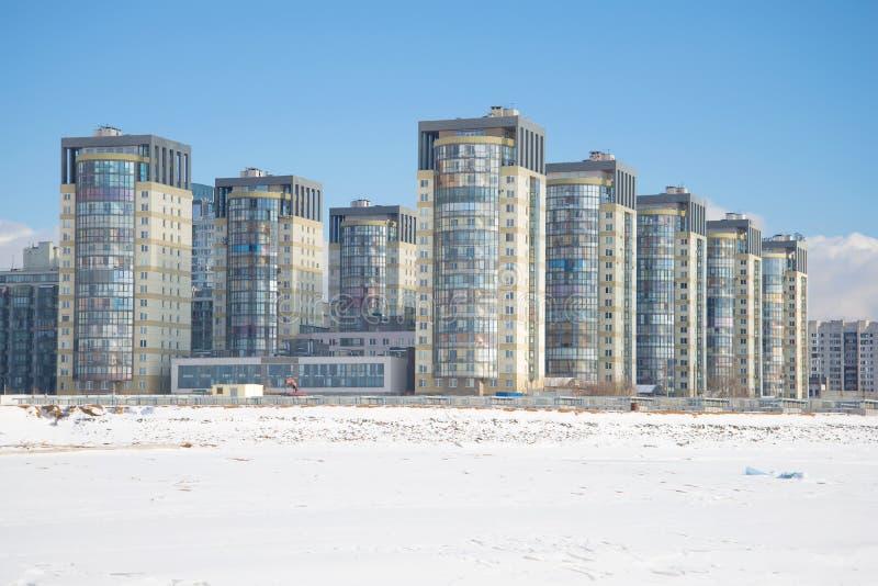 En sikt av en modern bostadsområde` havskaskad`en på Vasilyevsky Island i den soliga Februari eftermiddagen petersburg saint royaltyfria bilder