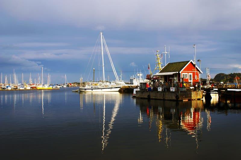 En sikt av en pittoresk hamn i Stavern, Norge arkivfoton