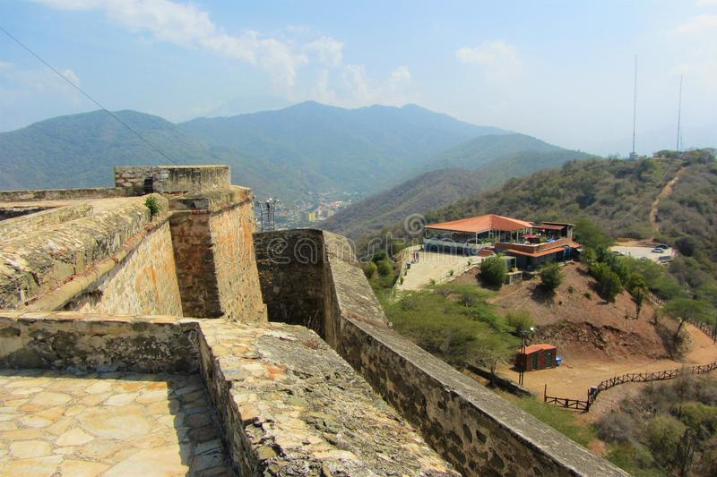 En sikt av en restaurang nedanför det Solano fortet ovanför den venezuelanska staden av Puerto Cabello royaltyfria foton